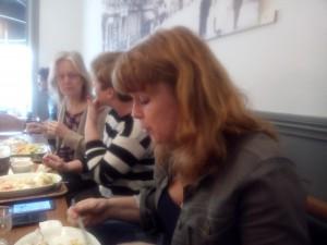 Egenföretagare i Växjö pratar egenutgivning över en lunch. Närmast bild: Maria Estling Vannestål.